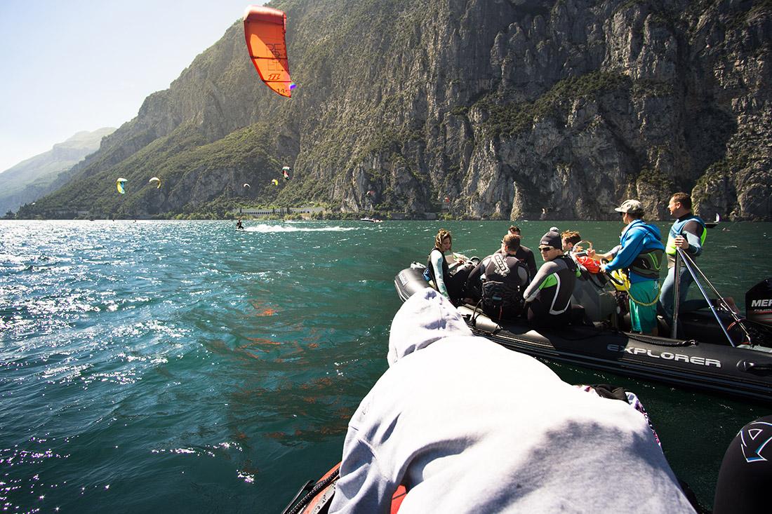 Kitesurfer neben dem Schulungsboot
