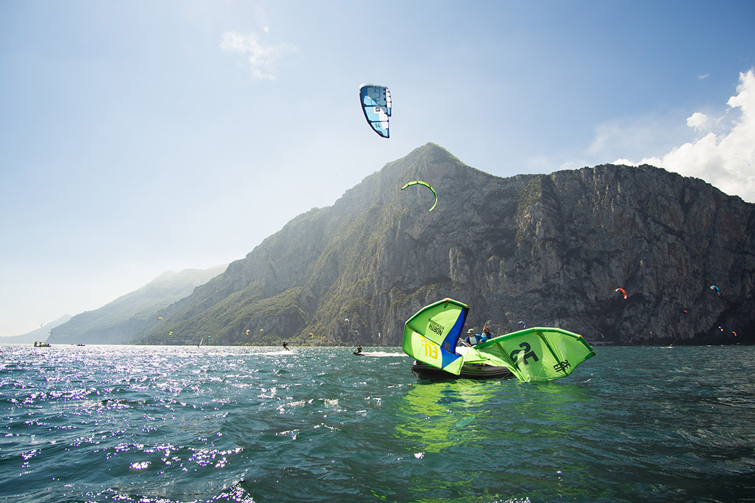Kiter und Schulungsboot am Gardasee