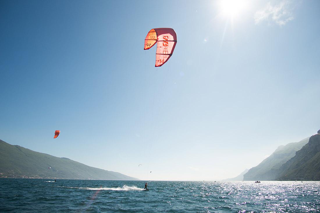EIn Kitesurfer am Gardasee mit einem Kite