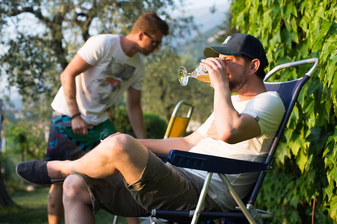 Schüler trinkt Bier nach der Kitesession
