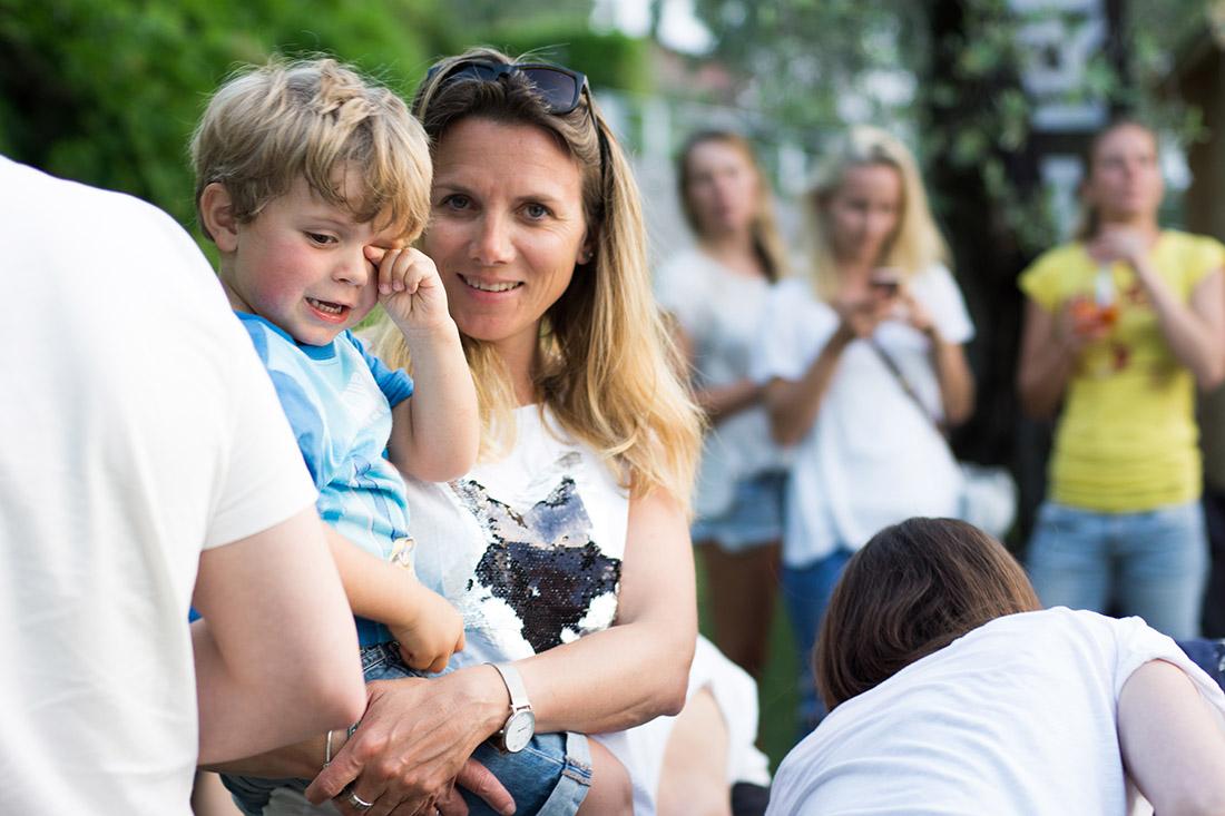 Kind im Arm seiner Mutter