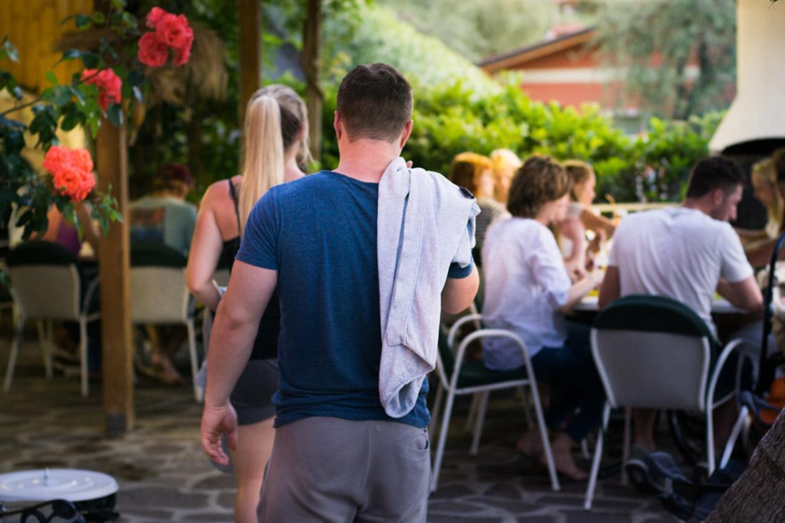 Die Gäste treffen sich zum Barbecue