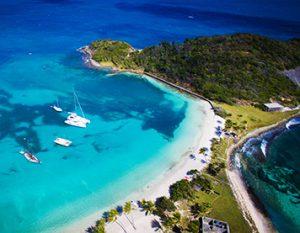 Segelboot in einer Bucht in der Karibik