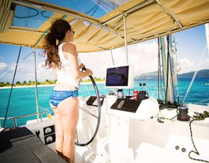 Frau segelt in der Karibik
