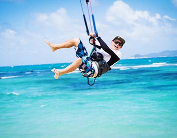 Kitelehrer springt mit einem Kite