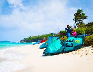 Kitestrand mit Kites in der Karibik