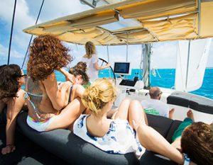 Der Skipper und Kiteschüler am Segelboot