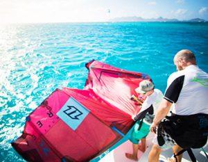 Starten des Kites vom Segelboot