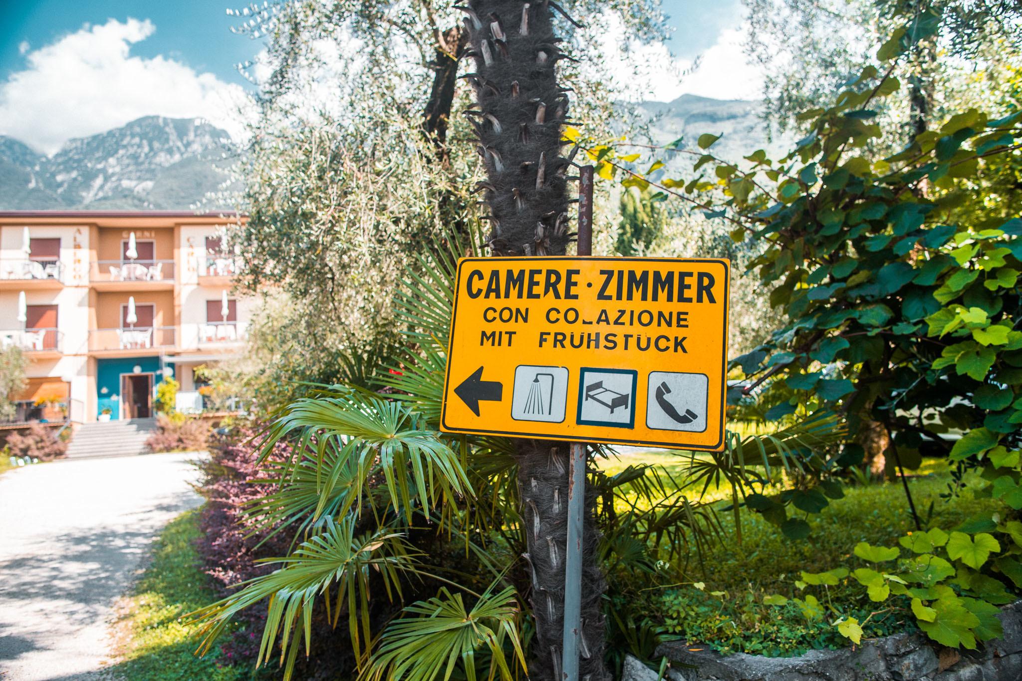 Ein Schild führt zum Hotel und Kiteschule