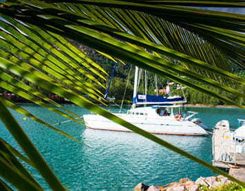 Ein Segelboot in klarem Wasser