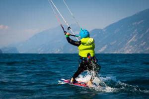 Ein Fortgeschrittener Kitesurfer lernt das Fahren