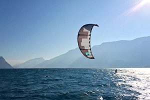 Ein Kitesurfer am Gardasee