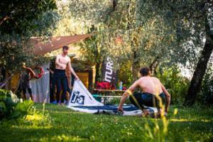 Kitesurf Einsteiger kümmern sich um das Kitematerial