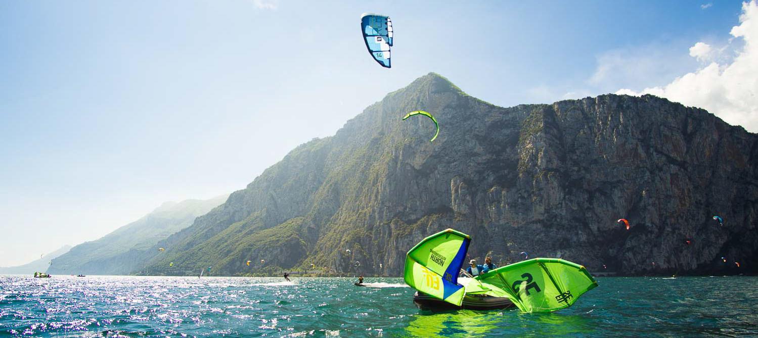 Ein Kitesurfer genießt die Stimmung am Gardasee