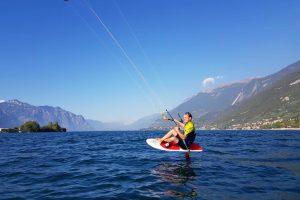 Der Kitesurfer sitzt auf einem Hydrofoil