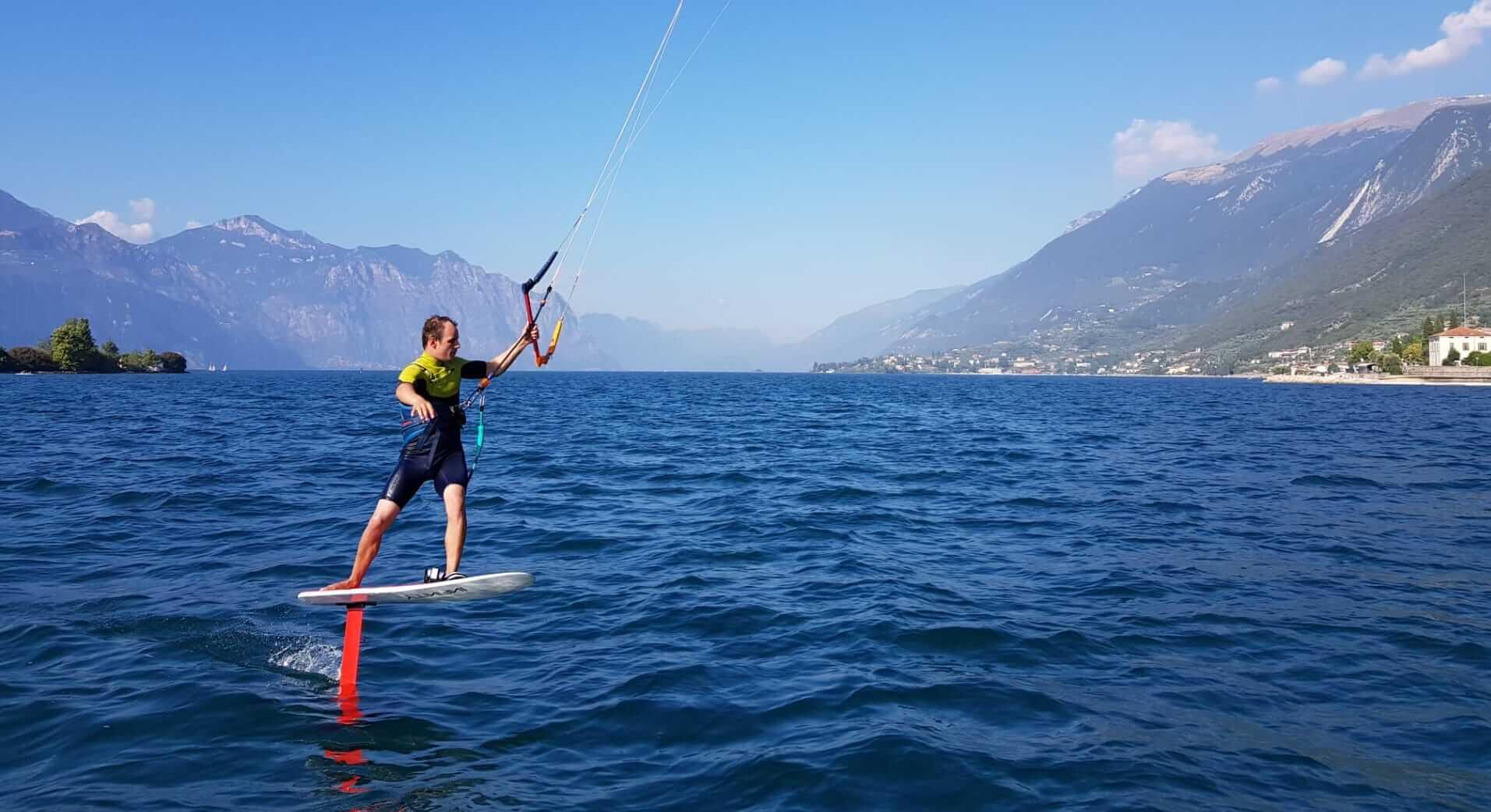 Simon Hiemer kitet mit einem Foil am Gardasee