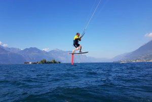 Der Kitelehrer springt mit einem Foil am Kitespot