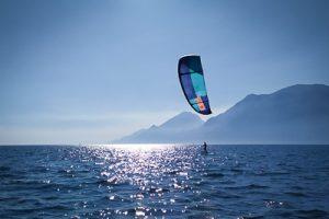 Ein Einsteiger kitet mit einem Foil am Gardasee
