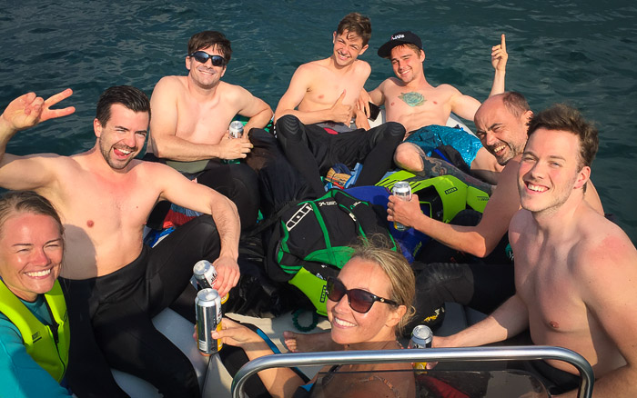 Kiteschüler bekommen ihr Feedback auf dem Boot