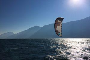 Ein fotgeschrittener Kitesurfer kitet am Gardasee