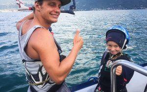 Ein Kind lächelt während des Kitekurses in die Kamera