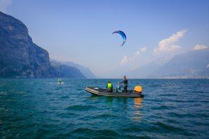 Unser Kitelehrer beobachtet den fortgeschrittenen Kitesurfer
