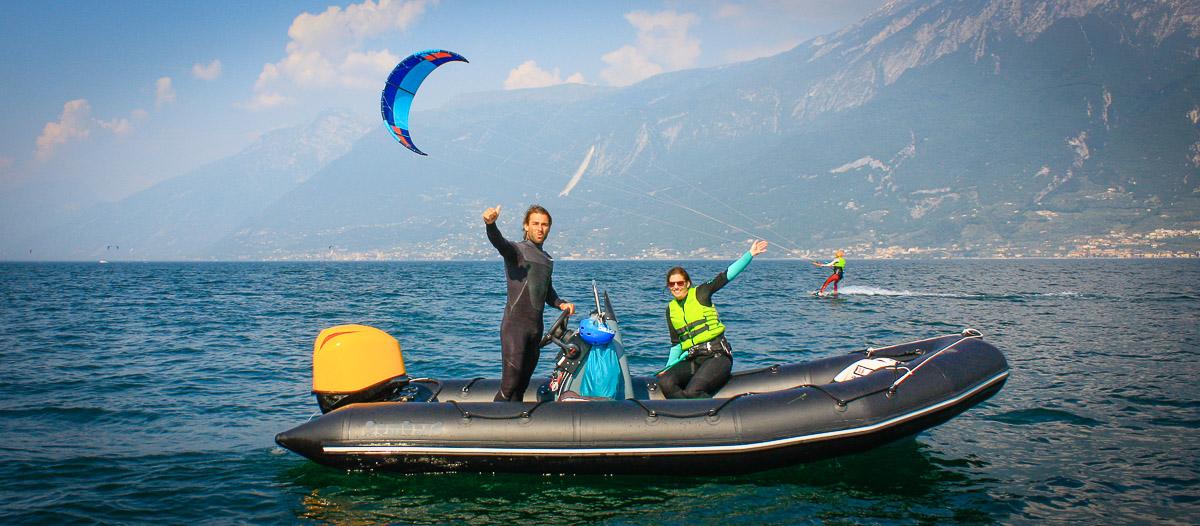 Der Lehrer und die Schülerin winken am Boot