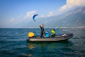 Der Kitesurflehrer winkt in die Kamera