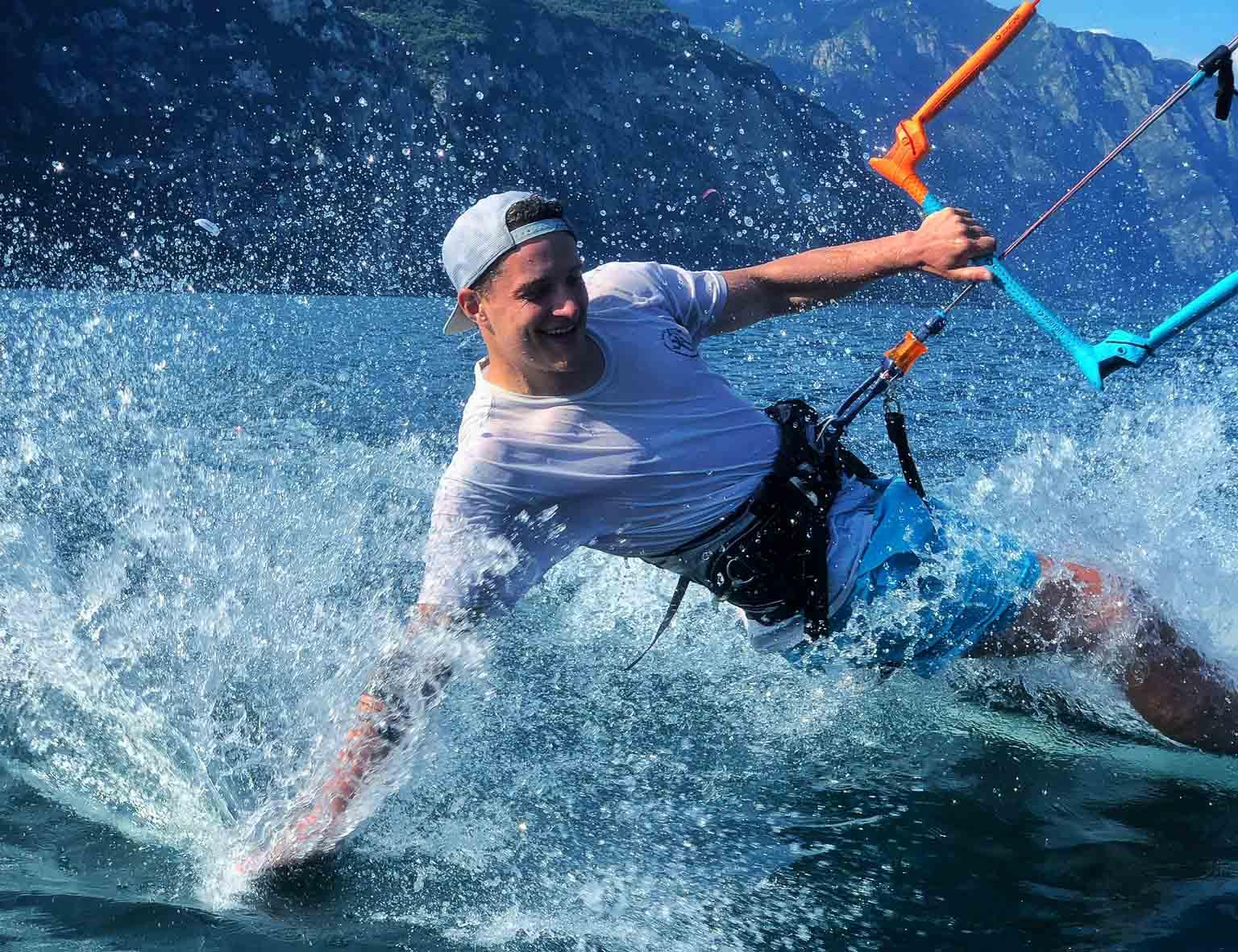Leon Hiemer am Kitesurfen am Gardasee