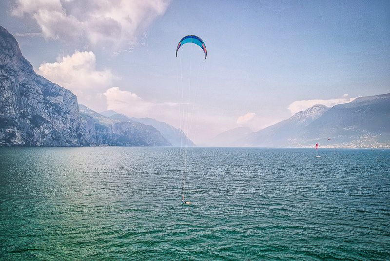 Der Kitespot am Gardasee mit einem Kitesurfer