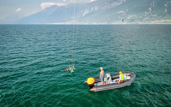 Der Lehrer gibt den Kindern Anweisungen zum Kitesurfen